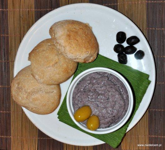 Hummus z czarnej fasoli i pszenne bułeczki od góry