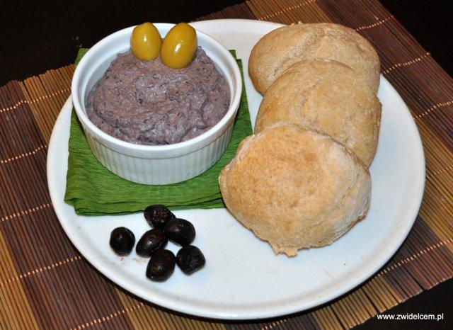 Hummus z czarnej fasoli i pszenne bułeczki