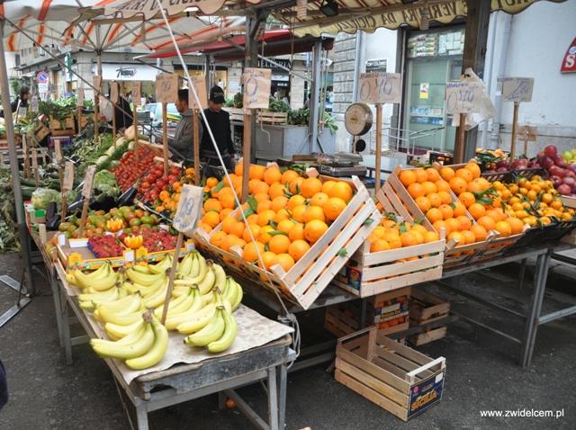 Palermo - Ballaro market - stragan z owocami