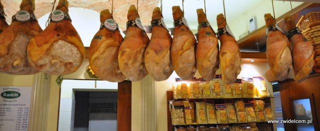 Parma - sklep Rastelli - wiszące szynki