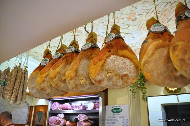 Parma - sklep Rastelli - szynki w tle