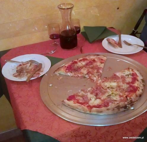 Palermo - El Pepita - pizza w trakcie jedzenia