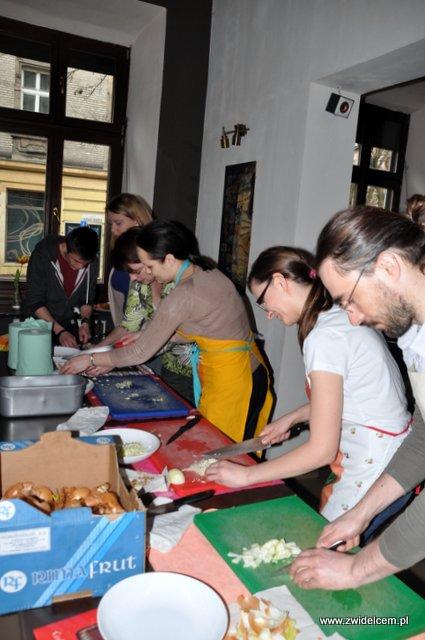 Kraków – Valparaiso – warsztaty tapas – siekamy szynkę i cebulę