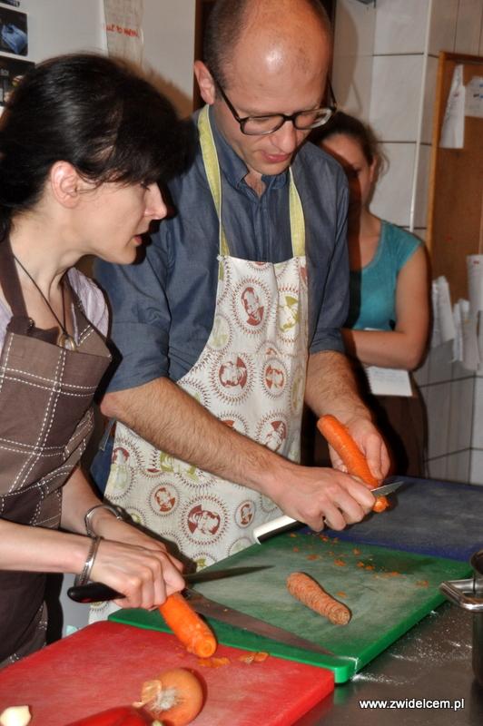 Kraków - Valparaiso - warsztaty dań duszonych - obieramy marchewkę
