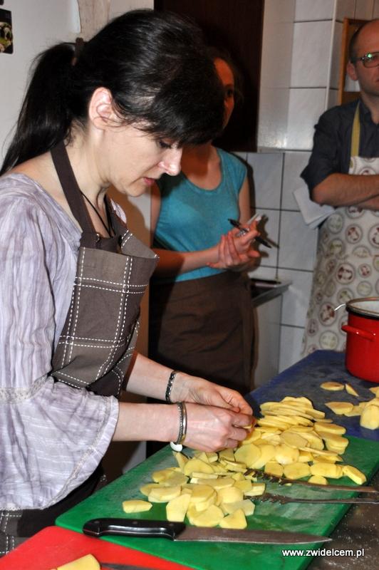 Kraków - Valparaiso - warsztaty dań duszonych - kroimy ziemniaki