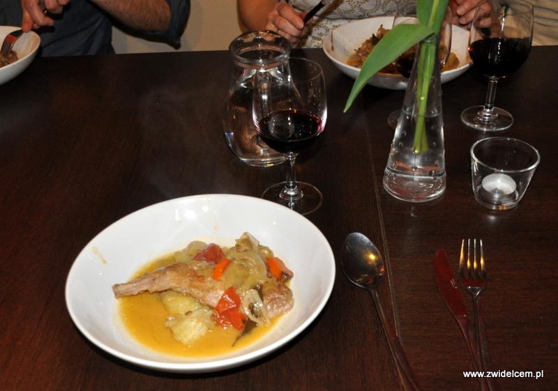 Kraków - Valparaiso - warsztaty dań duszonych - królik na stole