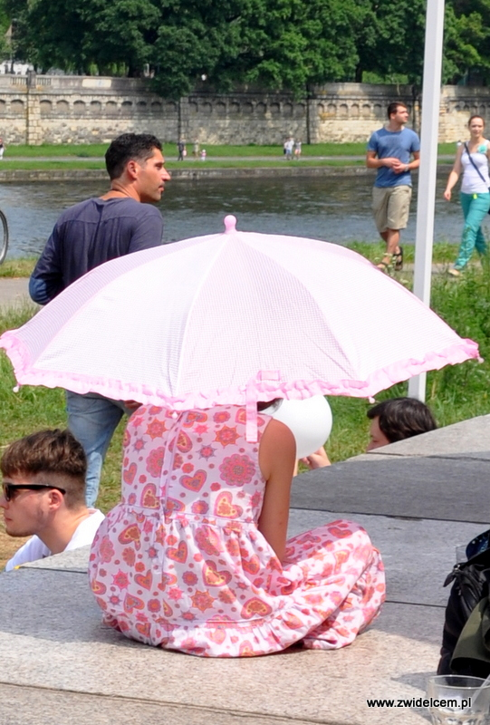 Kraków - Najedzeni Fest!- dziewczynka pod parasolem