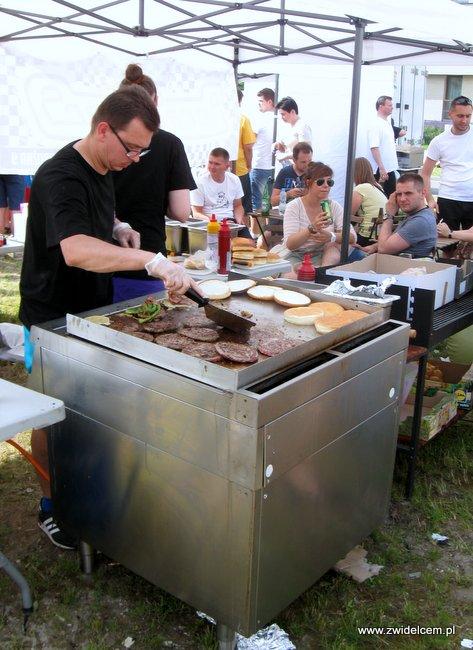 Warszawa - Street Food Festival - grillowanie burerów