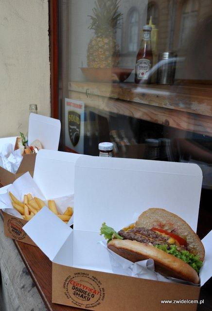 Kraków - Beef Burger Bar - okno z burgerami