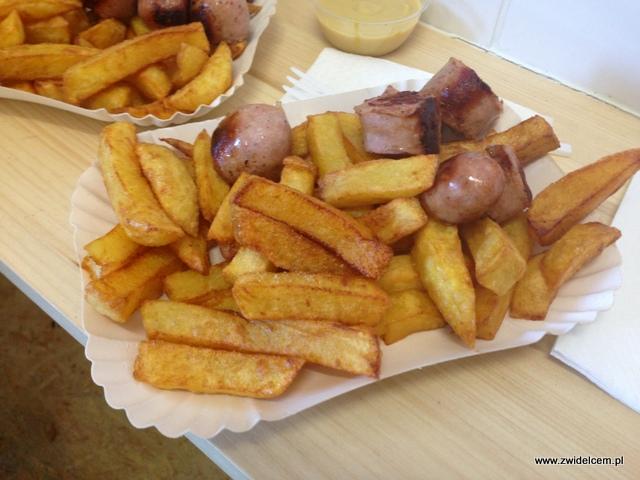 Kraków - Omom - porcja kiełbaski z frytkami