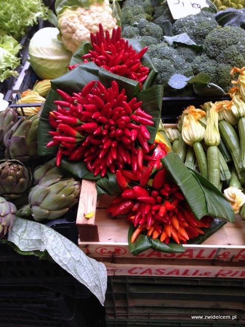 Piza - targ - papryczki i kwiaty cukinii