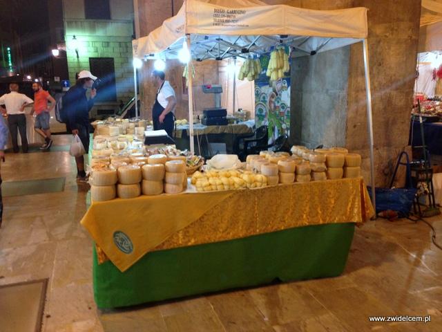 Piza - Targ Kalabryjski - stoisko z serami