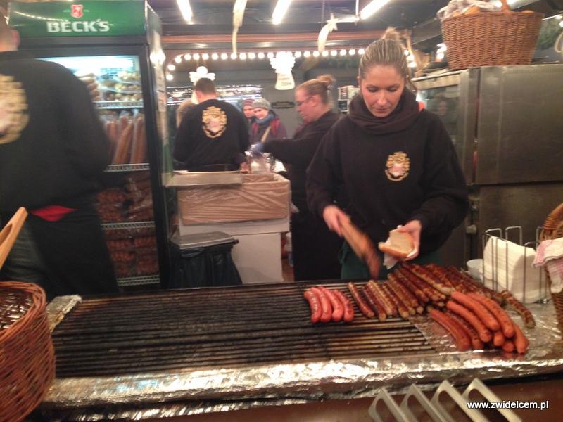 Berlin - weihnachtsmarkt charlottenburg - bratwursty na grillu