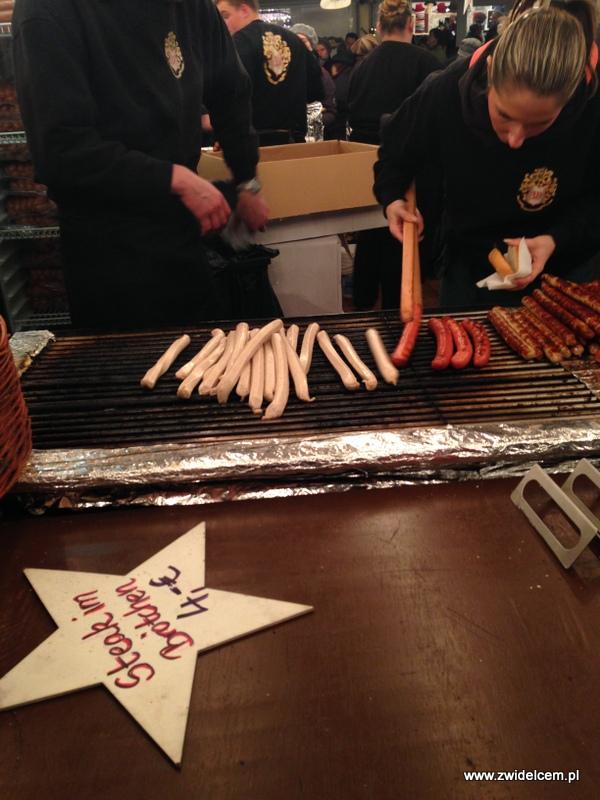 Berlin - weihnachtsmarkt charlottenburg - kiełbaski na grillu