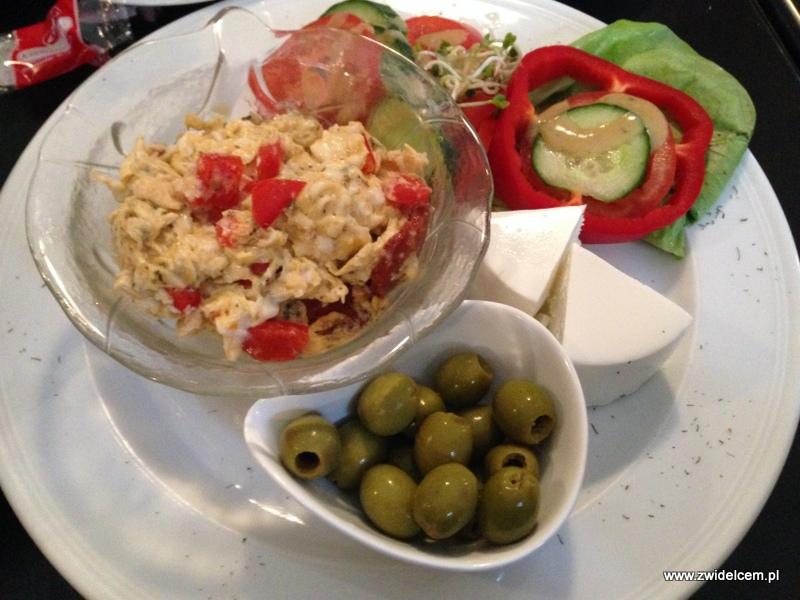 Berlin - Casero Cafe - Instanbul breakfast - jajecznica z kiełbasą czosnkową