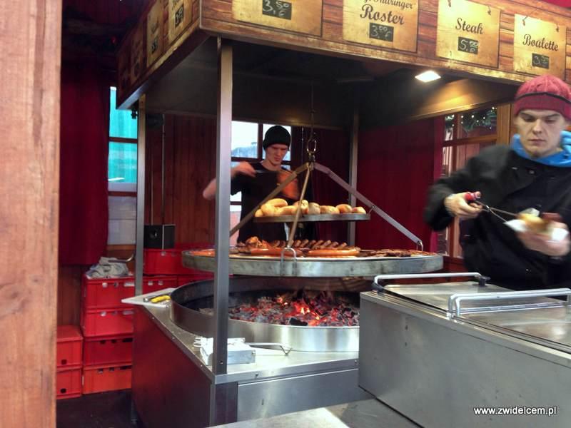 Berlin – Weihnachtsmarkt am Alexanderplatz - kiełbaski z grilla