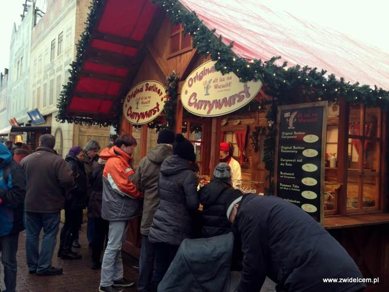 Berlin – Weihnachtsmarkt am Alezanderplatz - kolejka do currywurst