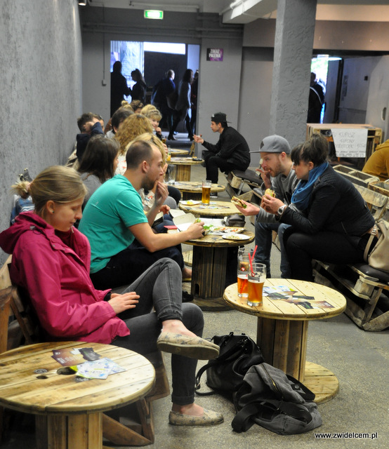 Kraków - Foodstock BBQ - Fabryka - stoliki w środku