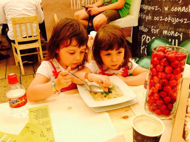 Wieliczka - Małopolski Festiwal Smaku - dziewczynki jedzą zoproskę