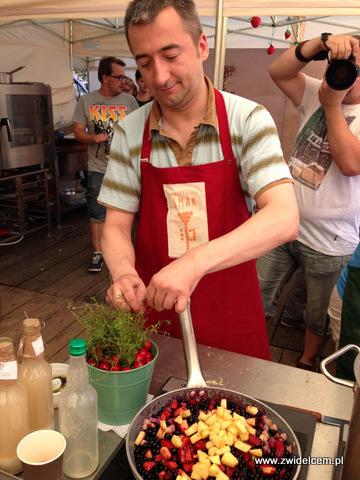 Stary Sącz - Małopolski Festiwal Smaku - przygotowanie sosu