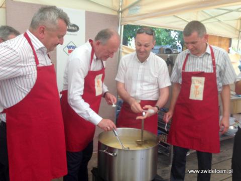 Stary Sącz - Małopolski Festiwal Smaku - władze gotują zupę czosnkową