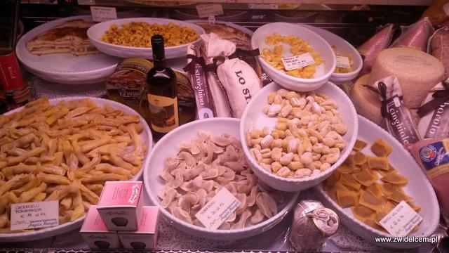 Bergamo - via Colleaoni - pierożki w witrynie
