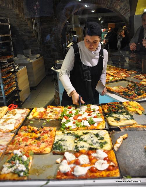 Bergamo - IL Fornaio - pani kroi pizzę nożyczkami
