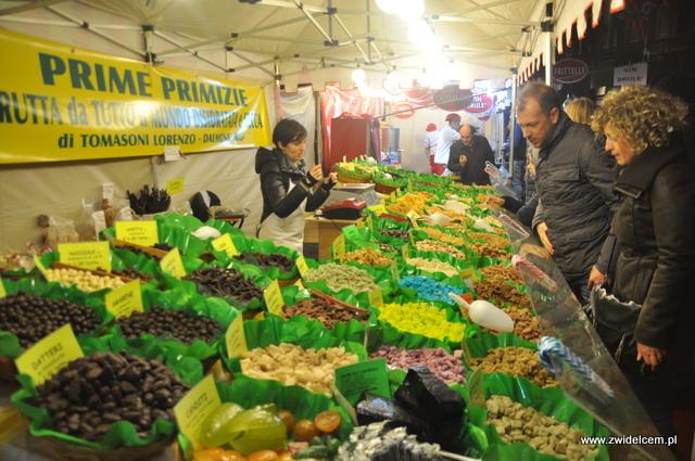Bergamo - Targ Via Roma - owoce