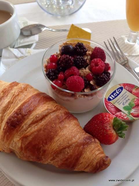Hiszpania - Benalmadena - Hotel Casa Rosa - croissant i jogurt