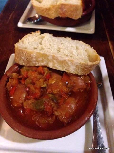 Hiszpania - Granada - tapas bar - kiełbaski w sosie paprykowym