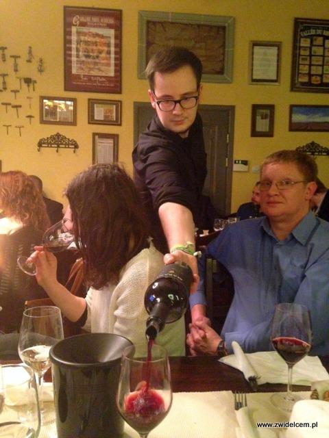 Kraków - Klimaty Południa - Vinisfera.pl - Degustacja win gruzińskich - nalewanie wina