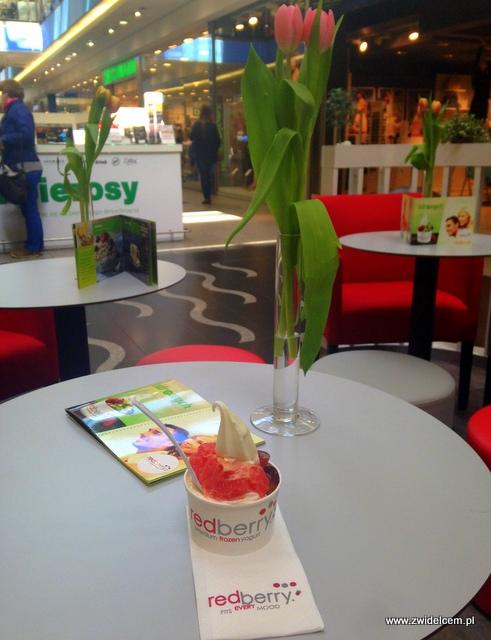 Kraków - RedBerry -mrożony jogurt z owocami na stoliku