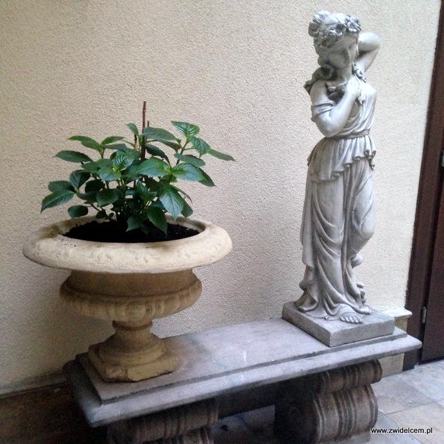 Kraków - Sissi Organic Bistro - rzeźby w ogródku