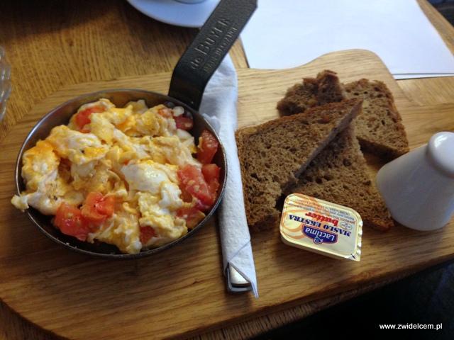 Kraków - Wesoła Cafe - jajecznica z pomidorami i chlebem