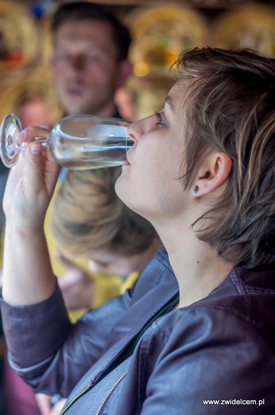 Kraków – Enoteka Pergamin – Kobiety i Wino – degustacja - Aga Balicka degustuje wino