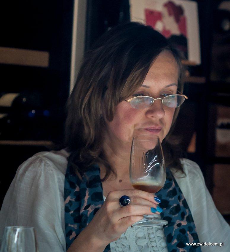 Kraków – Enoteka Pergamin – Kobiety i Wino – degustacja – Monika Schwertner z kieliszkiem
