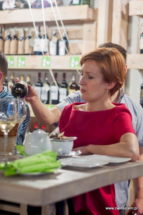 Kraków - degustacja win z Toledo - Terra Felix - Lipowa 6F - Krako Slow Wines - rozlewanie wina białego