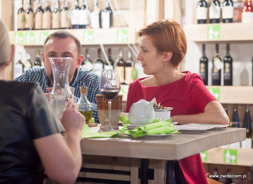 Kraków - degustacja win z Toledo - Terra Felix - Lipowa 6F - Krako Slow Wines - pani w czerwonej sukience