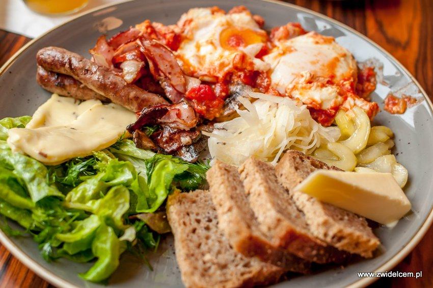 Kraków - Zenit - śniadanie drwala - chleb, szakszuka, ser wielkopolski,kiełbaski, boczek, pikle, kapusta