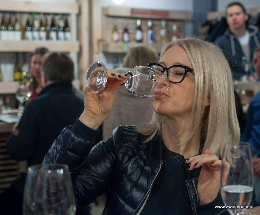Krakó Slow Wines - Lipowa 6f - Degustacja win włoskich - blondynka