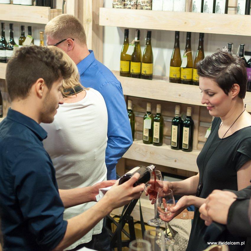 Krakó Slow Wines - Lipowa 6f - Degustacja win włoskich - rozlewanie wina czerwonego