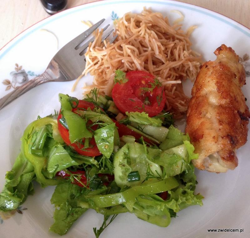 Gruzja - Tbilisi - śniadanie - kurczak, makaron, sałatka