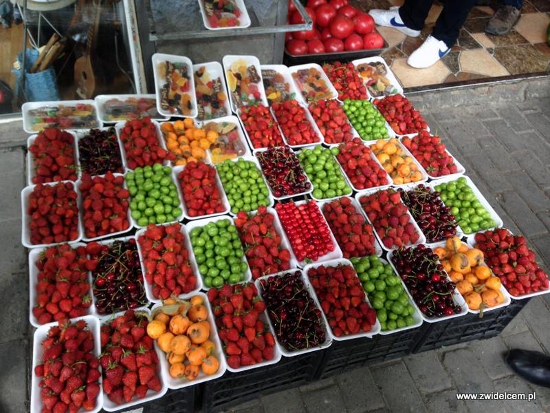 Gruzja - Tbilisi - uliczny stragan z owocami