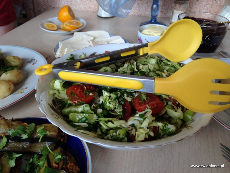 Gruzja - Tbilisi - śniadanie - sałatka, ser