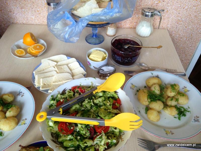 Gruzja - Tbilisi - śniadanie - ziemniaki, sałatka, ser