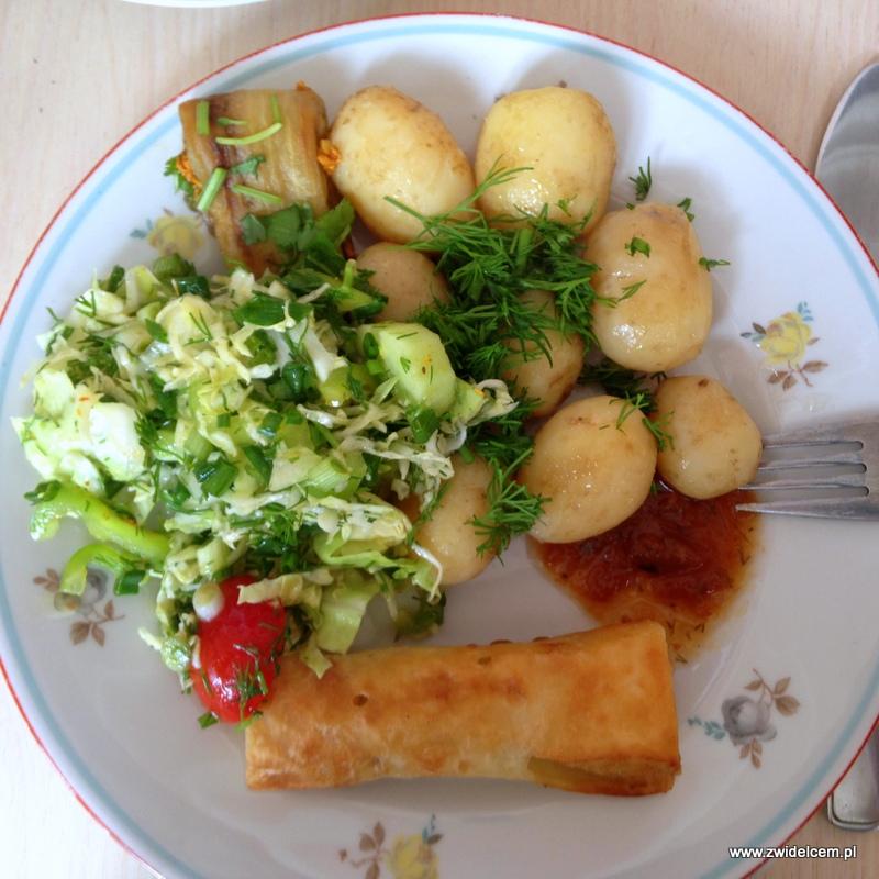 Gruzja - Tbilisi - śniadanie - ziemniaki, naleśnik z mięsem, sałatka