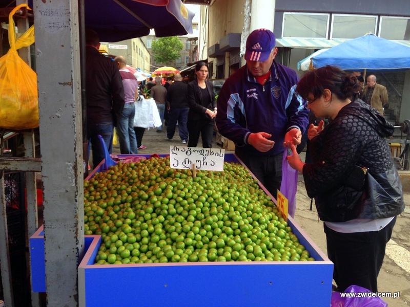 Gruzja - Tbilisi - Dezerters Bazaar - zielone śliwki na tkemali