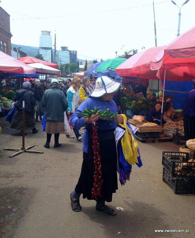 Gruzja - Tbilisi - Dezerters Bazaar - sprzedawczyni papryczek
