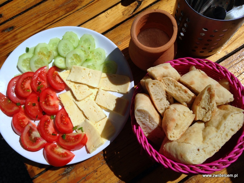 Gruzja - Udabno - Oasis Club - śniadanie w słońcu