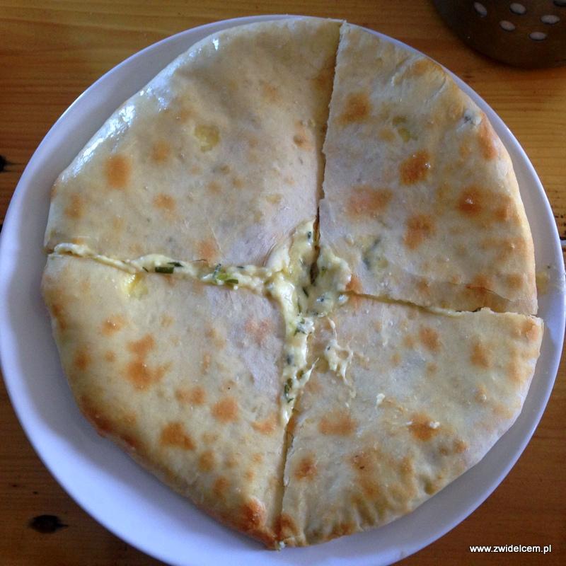 Gruzja - Udabno - Oasis hostel - chaczapuri z serem i estragonem